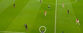 Bosz gebaart zijn spelers 'compacter' te spelen, dus dichter op elkaar te staan. Daarna zakt Ajax terug op eigen helft, om precies dat te doen.