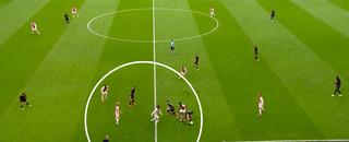 Veel spelers van Ajax rond de bal, vlak voor de 2-0 van Ajax.