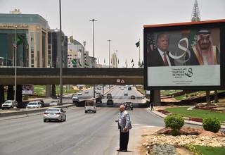 Reclamebord met de portretten van de Amerikaanse president Trump en de Saoedi-Arabische koning Salman aan de hoofdweg van Riyadh. Foto: Giuseppe Cacace / AFP