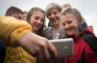Theresa May wordt gefotografeerd. Foto: Stefan Rousseau / PA