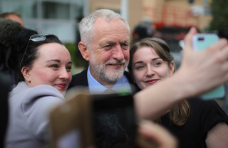 Jeremy Corbyn wordt gefotografeerd. Foto: Christopher Furlong / Getty Images