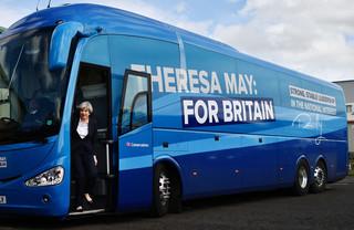 Theresa May komt uit haar bus. Foto: Ben Stansall / WPA