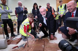 Jeremy Corbyn legt een baksteen op het Derwentside College in Consett, 5 juni 2017. Foto: Scott Heppell / AFP