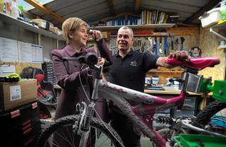 Nicola Sturgeon is op bezoek in een fietsenwinkel net buiten Glasgow. Foto: Andy Buchanan / AFP