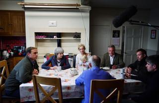 Theresa May zit in de keuken van de familie Drone. Foto: Stefan Rousseau