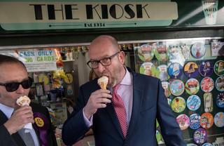 Paul Nuttall eet een ijsje tijdens het campagne voeren. Foto: Chris J Ratcliffe / AFP