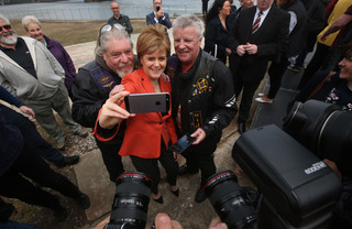 Nicola Sturgeon (Scottish National Party) maakt een selfie. Foto: Andrew Milligan / PA