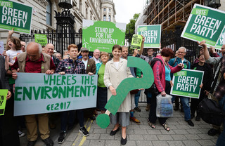 Caroline Lucas, co-leider van de Green Party, tijdens een postercampagne in London op 30 mei, 2017. Foto: John Stillwell / PA