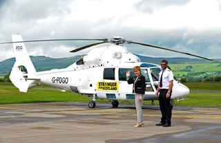 Nicola Sturgeon staat samen met een piloot naast haar helikopter. Foto: Cumbernauld / AFP