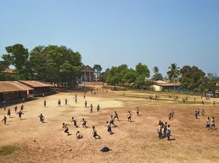 St. Francis Primary School, Bo, Sierra Leone. Uit de serie Playgrounds van fotograaf James Mollison. Courtesy Flatland Gallery, Amsterdam.
