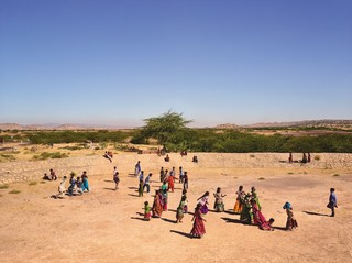 Gram Panchayat School, Ludiya, Kutch, India. Uit de serie Playgrounds van fotograaf James Mollison. Courtesy Flatland Gallery, Amsterdam.