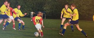 Jackie Groenen (12 jaar) jaagt 14- en 15-jarige jongens schrik aan. Ze lijkt al over de bal heen te kijken. (Foto: VV Desk/auteur onbekend)
