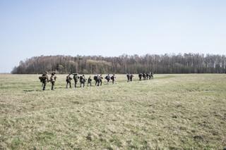 Instructeur Vidas Verbilis en zijn groep zijn urenlang onderweg. Ze kammen boerderijen uit, leren hoe ze een bivak moeten bouwen, mogelijke gevaren kunnen spotten en hoe ze zich moeten opstellen in aanvalspositie. Foto: Tomaso Clavarino