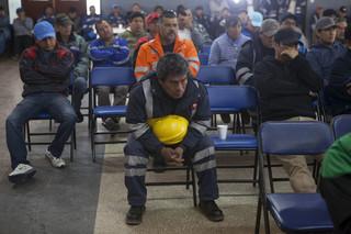 Mijnwerkers luisteren naar een toespraak van Julio Ortiz. Foto: Rochi Leon (voor De Correspondent)
