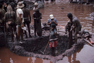Serra Pelada, een met de hand gegraven goudmijn in Brazilië, was een van de grootste mijnen ter wereld. Inmiddels is hij verlaten en staat hij onder water. Foto: Robert Nickelsberg / Getty