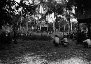 Op 12 februari 1947 drijven militairen mannen uit Salomoni en de omliggende dorpen bijeen. In Salomoni volgt een executie, vergelijkbaar met de executies die Vermeulen, Stufkens en Rijborz uitvoerden. Zij waren in Salomoni echter niet aanwezig. Wie daar de commandant is, is onbekend. Foto: Kavelaars.