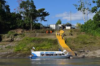 Werknemers van PlusPetrol meren aan bij de boorlocatie. Ze zijn duidelijk herkenbaar aan de oranje zwemvesten die ze verplicht dragen (in tegenstelling tot de lokale bevolking) Foto's: Bart Crezee