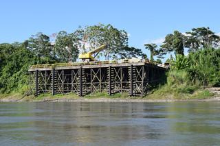 De aanlegsteiger voor groot materieel, dat volledig per boot of per vliegtuig naar het gasproject vervoerd moet worden.
