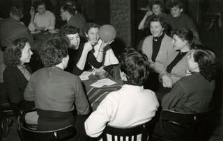 Oprichtingsvergadering van de damesvoetbalclub Herbido in De Bilt. Tijdens deze vergadering krijgen de dames de eerste theorie lessen. Nederland, 15 januari 1955. Foto: Spaarnestad / HH