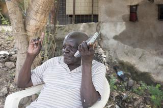 Jidu luistert meestal naar de BBC voor het nieuws. Juba, Zuid-Soedan. Foto: Charles Lomodong (voor De Correspondent)