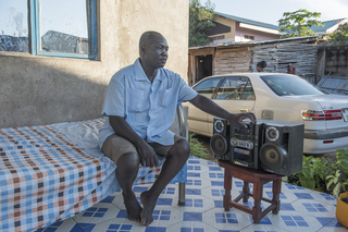Khidir George luistert voornamelijk naar Radio Miraya en de BBC voor het nieuws. Juba, Zuid-Soedan. Foto: Charles Lomodong (voor De Correspondent)