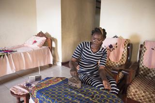 Angelina Kamal luistert naar City FM voor talkshows en muziek, maar naar Radio Miraya voor het nieuws. Juba, Zuid-Soedan. Foto: Charles Lomodong (voor De Correspondent)