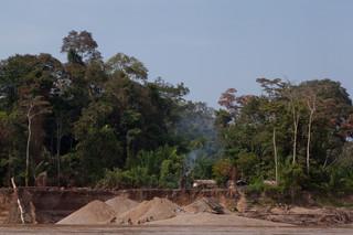 Goudzoekers aan het werk in Los Rebeldes, het gebied van Miguel Herrera. Foto's: Rochi León (voor De Correspondent)