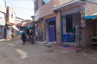Het illegale goudzoekerskamp Delta 1 is in tien jaar tijd uitgegroeid tot een volwaardig dorp. Foto: Rochi León (voor De Correspondent)