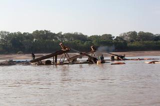 Illegale goudwinning aan de rand van het Tambopata National Reserve. Foto's: Rochi León (voor De Correspondent)
