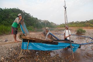 Inheemse goudzoekers uit Puerto Luz aan het werk. Foto's: Rochi León (voor De Correspondent)