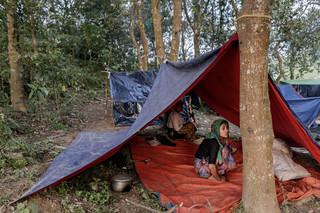 Een Rohingya vrouw zit in een zelfgemaakte tent in een vluchtelingenkamp in Cox's Bazar, Bangladesh, 12 september 2017. Foto: Ismail Ferdous / Bloomberg / Getty Images
