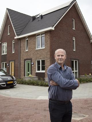 Jack Gommers voor zijn huidige woning. Foto: Anika Schwarzlose (voor De Correspondent)