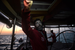 Riccardo Gatti, van hulporganisatie Open Arms, kijkt op de radar tijdens het varen op zeilboot de Astral, 8 oktober 2016. Foto: Aris Messinis / AFP
