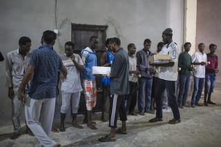 Illegale migranten ontvangen een maaltijd in een detentiecentrum in Zawiya, Libië, 28 september, 2016. Foto: Asmaa Waguih / Polaris