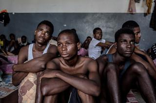 De zestienjarige Precious (midden) en andere migranten zitten in het Abu Salim-detentiecentrum in Tripoli, Libië. Foto: Daniel Etter / Redux