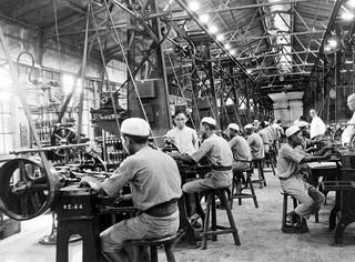 In de vulkamer van de opiumfabriek te Batavia worden de tubes in houten doosje verpakt, Java, 1936. Foto: Foto: Collectie Nationaal Museum van Wereldculturen. Coll.nr. TM-10012175