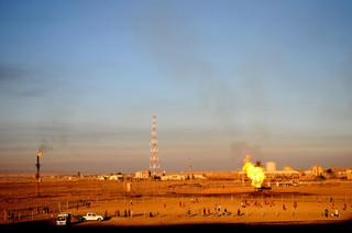 Kinderen voetballen naast gasvlammen aan de rand van Kirkuk. Foto: Kamaran Najm / Metrography