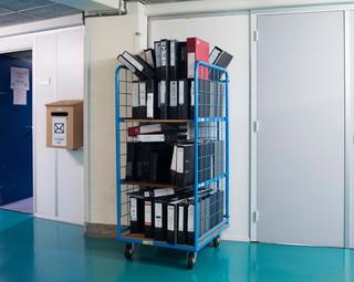 Gebruikte mappen worden verzameld in de kelder om weggegooid te worden. Foto: Martino Lombezzi