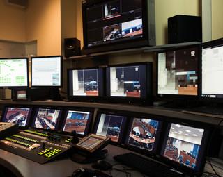 De ruimte waar al het beeld voor het live videoverslag binnenkomt, alle camera's worden vanuit hier bediend. Foto: Martino Lombezzi