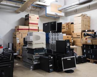 Stapels computers, radio's, scanners en andere apparatuur liggen in de kelder te wachten om weggegooid te worden. Wanneer het tribunaal zijn deuren sluit mag geen enkel voorwerp meer aanwezig zijn. Foto: Martino Lombezzi