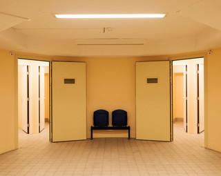In de kelder van het gebouw zijn cellen gebouwd in de ruimtes waar vroeger de kluis was van verzekeringsmaatschappij Aegon. Acht verdachten kunnen tegelijkertijd vastgehouden worden, tijdens grote rechtszaken hebben deze bewaarcellen vol gezeten. Foto: Martino Lombezzi