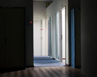 Bewaarcellen waar de verdachten vóór het proces en tijdens de pauzes verblijven. Foto: Martino Lombezzi