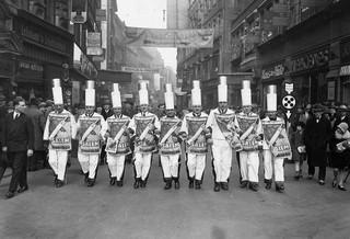 Mannen lopen voor het sigarettenmerk Salem in kostuums door een winkelstraat, 1930. Foto:  Imagno / Getty Images