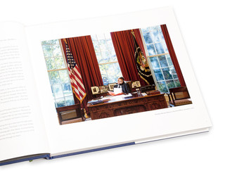 Boven: Obama tijdens zijn campagne. Onder: Obama in the Oval Office. Foto's: Pete Souza