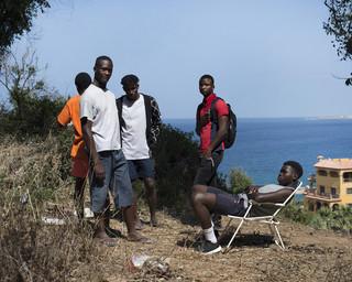 Mohamed uit Liberia, (links) en zijn vrienden zitten nu een maand in het opvangcentrum CETI in Ceuta. Er verblijven hier ongeveer 1200 Afrikaanse migranten in afwachting van immigratie papieren zodat ze met de ferry naar het vaste land kunnen reizen. Foto: Jurgen Huiskes