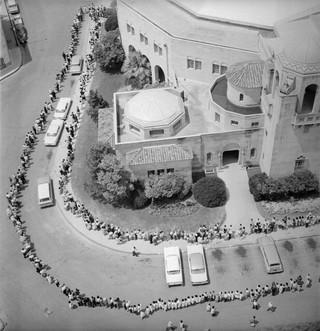 De rij voor het halen van een poliovaccin. Foto: Smith Collection / Getty