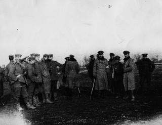 Britse en Duitse soldaten komen samen in No Man's Land tijdens de onofficiele Kerstvrede van 1914. Foto: Windmill Books / Getty