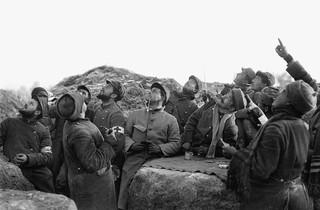 Soldaten spelen een kaartspel tijdens de Kerstvrede van 1914. Foto: Branger / Getty
