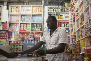 In opdracht van De Correspondent zocht fotograaf Charles Lomodong Zuid-Soedanese radioluisteraars op. Dit is Gore Jopseph. Hij luistert graag naar de radio tijdens werktijd om op de hoogte te blijven van het nieuws.