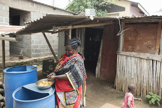In opdracht van De Correspondent zocht fotograaf Charles Lomodong Zuid-Soedanese radioluisteraars op. Dit is Mary Wani. Zij luistert graag naar Eye Radio terwijl ze het huishouden doet.